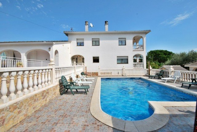 Montbarbat Villa Sleeps 8 with Pool and Free WiFi - 5509134, holiday rental in Cartella