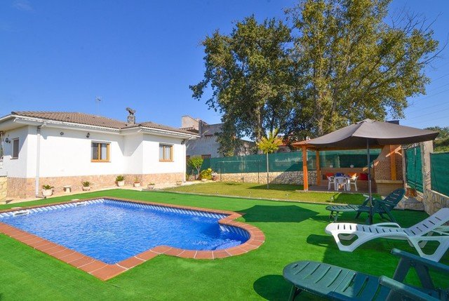 Franciac Villa Sleeps 6 with Pool and Free WiFi - 5509159, holiday rental in Vilobi d'Onyar