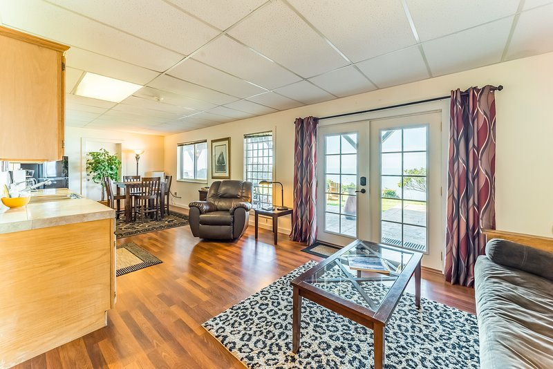 Charming suite w/ocean & beach views, upscale furnishings, and shared BBQ!, vacation rental in Trinidad