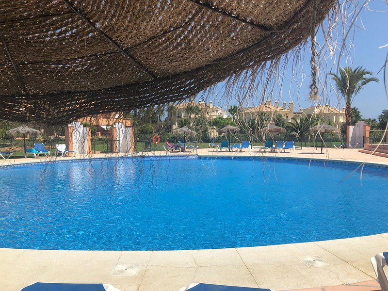 Beautiful modern two bedroom apartment by pools/beach. Golf,WiFi air con., aluguéis de temporada em San Luis de Sabinillas