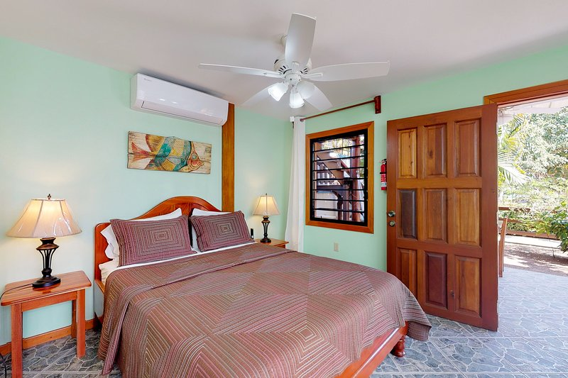 Relaxing studio w/ beach access, WiFi, cable, outdoor dining area & partial AC!, vacation rental in Tobacco Caye