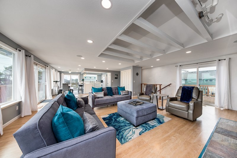 Spacious dog-friendly house w/ water views & two kitchens - walk to the beach!, aluguéis de temporada em Lincoln Beach