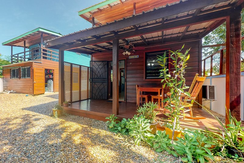 Bright, hotel-style apartment near the beach w/ free WiFi, partial AC & bikes!, vacation rental in Tobacco Caye