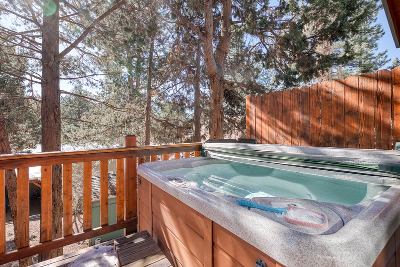 Cozy cabin with large deck & private hot tub, beautiful views, EV Charging, holiday rental in Moonridge