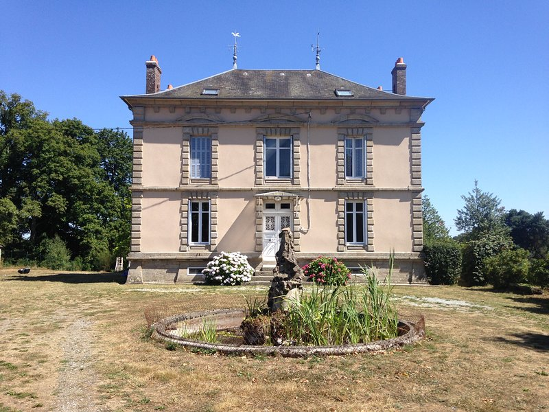 Beautiful Maison Bourgeoise set in 5 acres of garden with private pool, holiday rental in Saint-Sornin-Leulac
