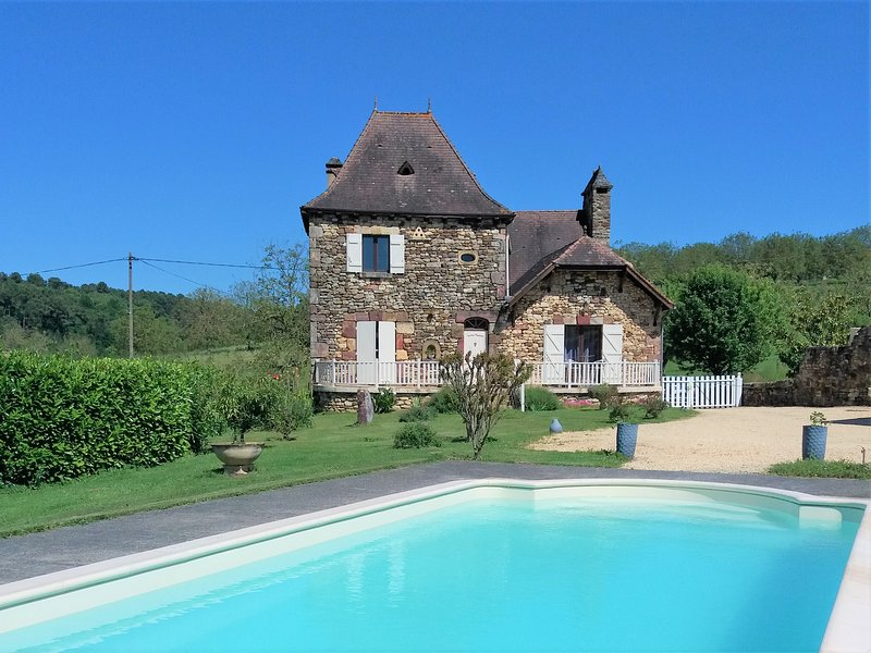 NEW *** LOVELY STONE HOUSE WITH PRIVATE POOL & ENCLOSED GARDEN & LOVELY VIEWS, holiday rental in Saint-Laurent-la-Vallee