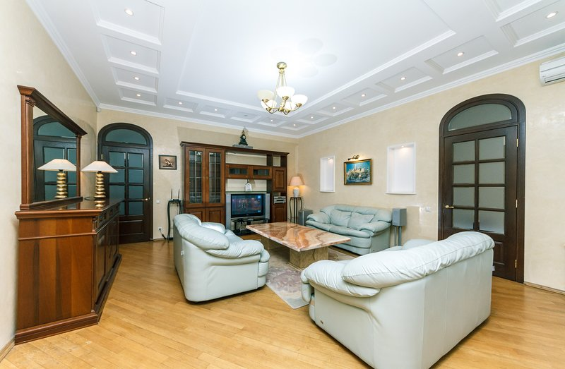 Four bedroom 15 Mykhailivska St Sofiivska square, vacation rental in Kyiv (Kiev)