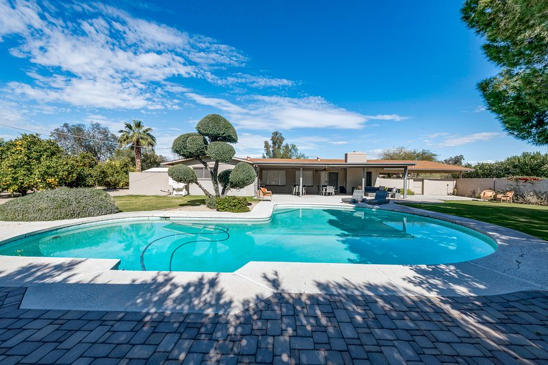 Large home w/ a full kitchen, furnished patio, & private, outdoor pool, alquiler de vacaciones en Paradise Valley