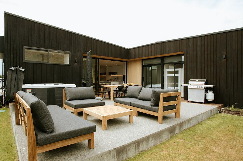Modern, stylish home, sleeping up to 8, with outdoor sitting area and spa pool, holiday rental in Cardrona