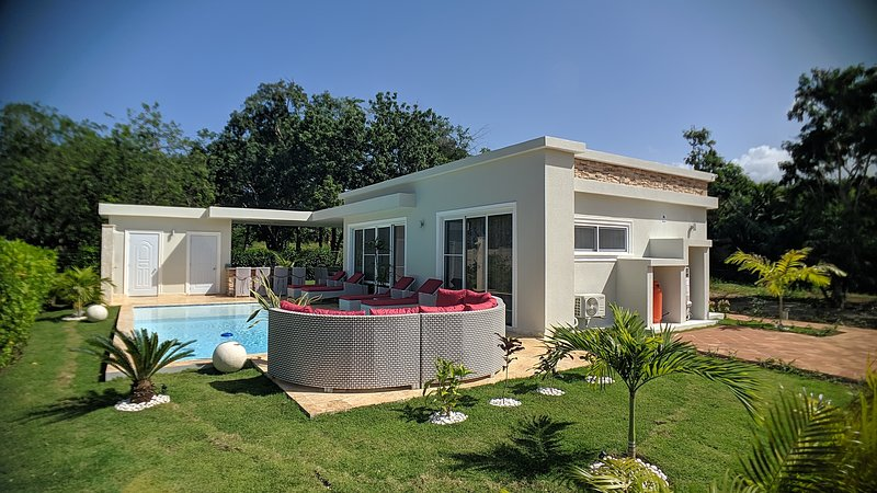 Modern & private tropical villa in gated community minutes from the beach, holiday rental in Perla Marina