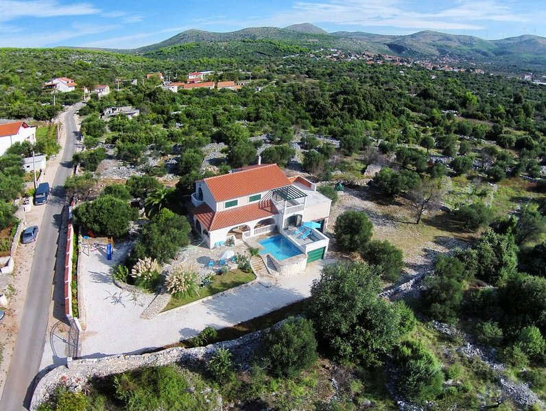Gustirna Holiday Home Sleeps 6 with Pool and Air Con - 5700737, holiday rental in Gustirna