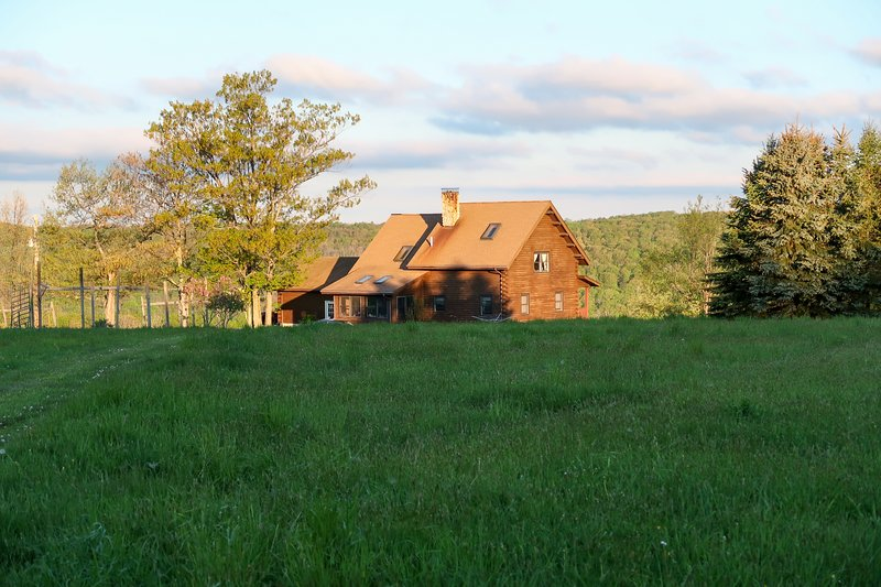 Lovely dog-friendly home on 100 acres w/ free WiFi/ cable/ stocked pond/ rowboat, location de vacances à Hammondsport