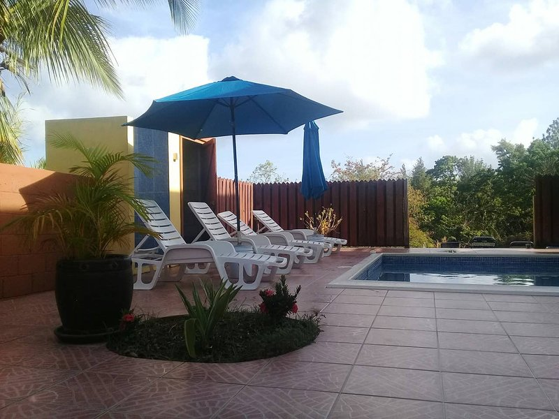 ROYAL ESCAPE: private jacuzzi, AC, near Marigot Bay, en-route to Soufriere, holiday rental in Anse La Raye