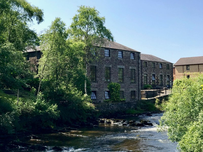 Riverbank Apartment - 2 bed Apartment in converted Mill with shared use of pool, vacation rental in Bridge of Allan