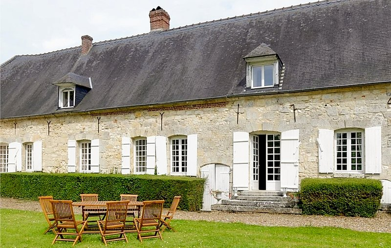 Awesome home in Montreuil-sur-Brêche with Jacuzzi, WiFi and 7 Bedrooms (FNI030), holiday rental in Pronleroy