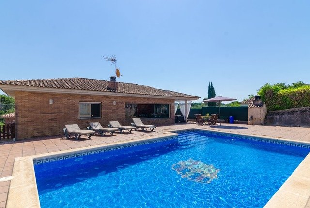 Franciac Villa Sleeps 6 with Pool Air Con and WiFi - 5509473, holiday rental in San Andres Salou