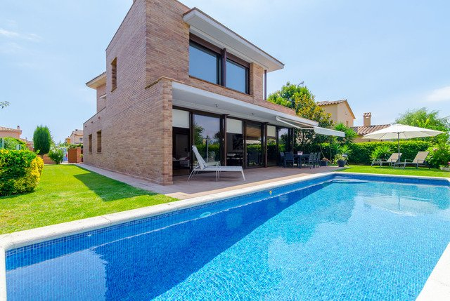 Palafrugell Villa Sleeps 10 with Pool and Free WiFi - 5509318, holiday rental in Mont-ras