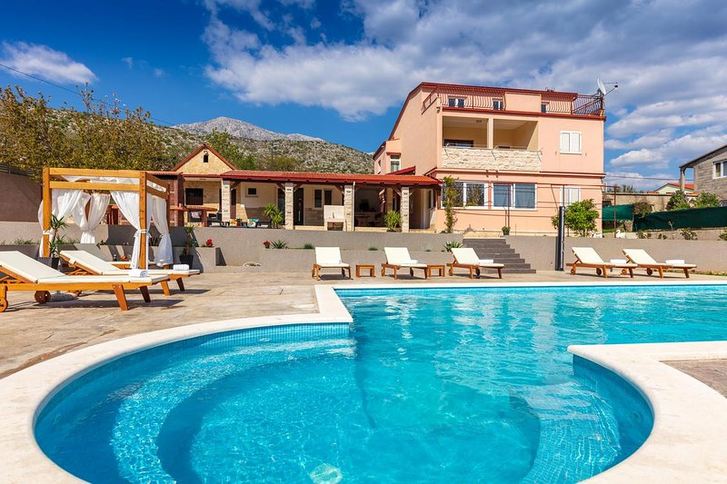 Tugare Holiday Home Sleeps 12 with Pool and Air Con - 5472322, holiday rental in Tugare