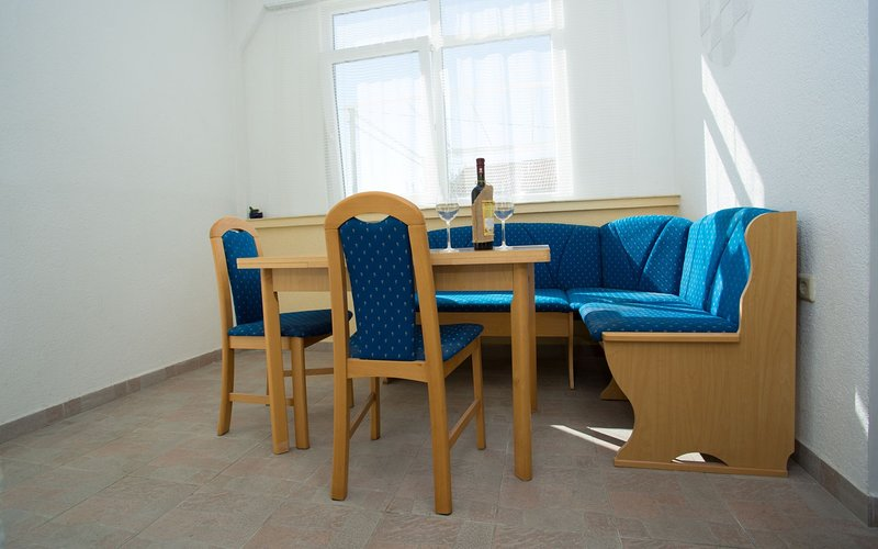 Apartment Ivo - Two Bedroom Apartment with Garden, location de vacances à Kastel Novi