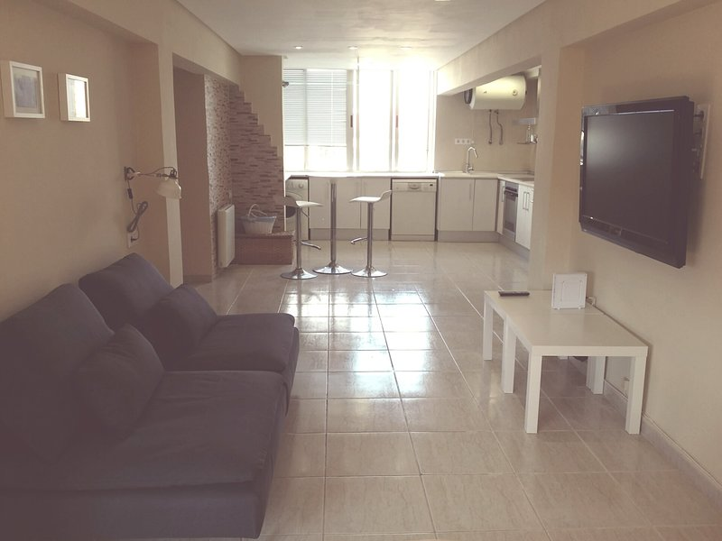 Lovely Three Bedroom Wifi Apartment Near Beach, holiday rental in Montroy