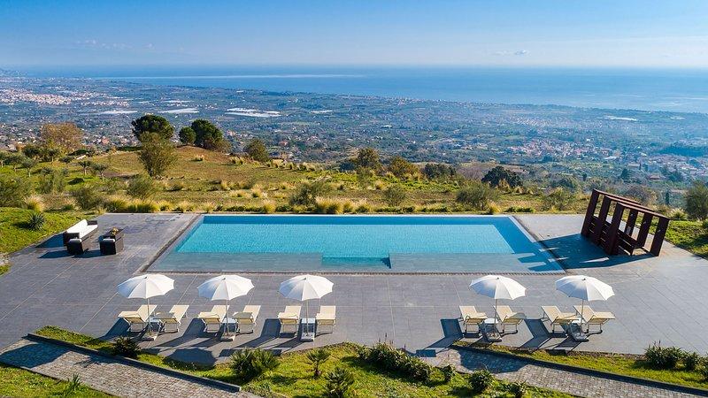 Tenuta della Contea, exclusive country manor with infinity swimming pool., vacation rental in Mascali