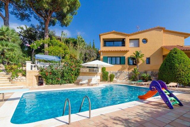 Sant Cebria de Vallalta Villa Sleeps 10 with Pool Air Con and Free WiFi, aluguéis de temporada em Santa Maria De Palautordera