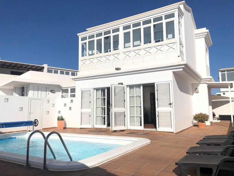 MERY GREAT CENTRAL HOUSE IN TIAS LANZAROTE WITH CLIMATIZED PRIVATE POOL, vacation rental in Conil