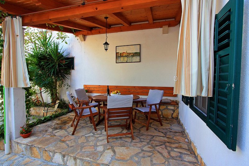 Supetar Apartment Sleeps 5 with Air Con - 5464673, vacation rental in Supetar