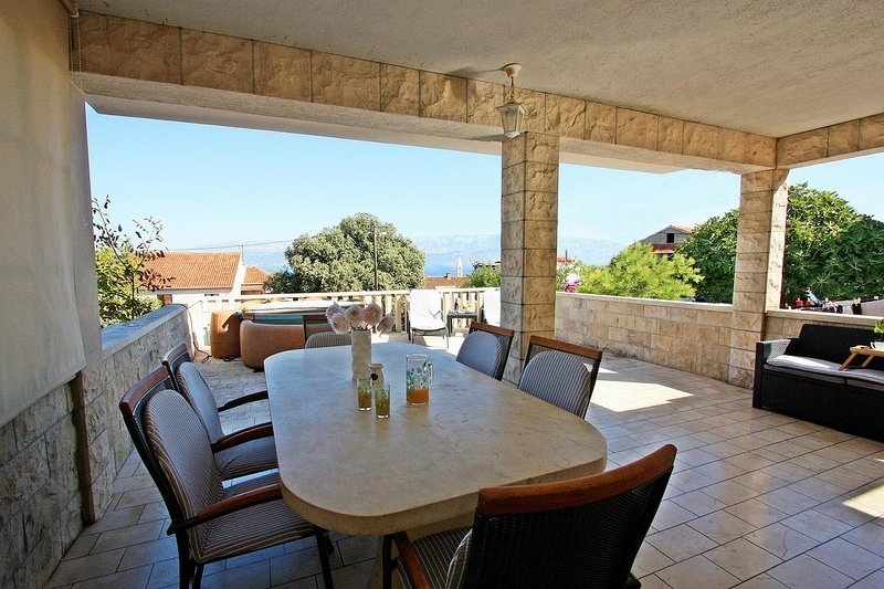 Supetar Apartment Sleeps 7 with Air Con - 5464674, vacation rental in Supetar