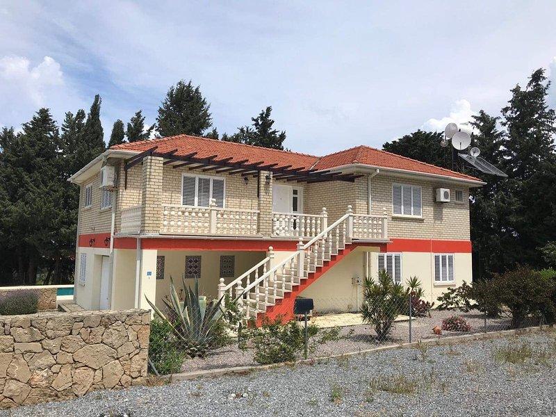 Australian Villa in Lapta , sleeps up to 12 persons , New to the holiday rental, aluguéis de temporada em Zeytinlik