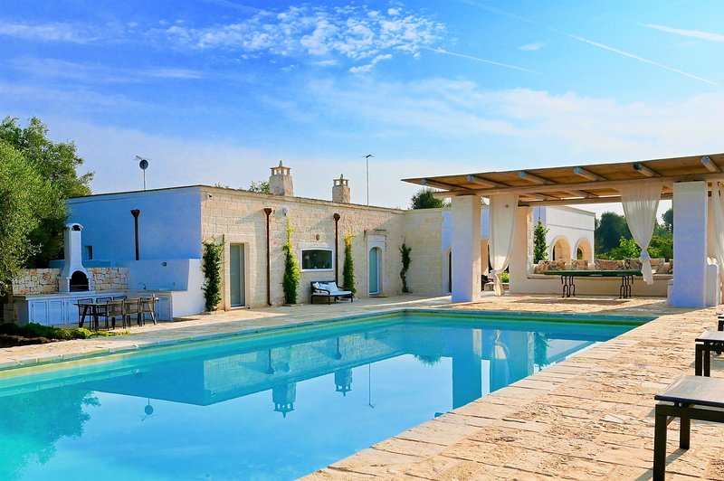 Casolare degli Ulivi, OSTUNI - Villa with private heated pool, WiFi, and AC, aluguéis de temporada em Ostuni