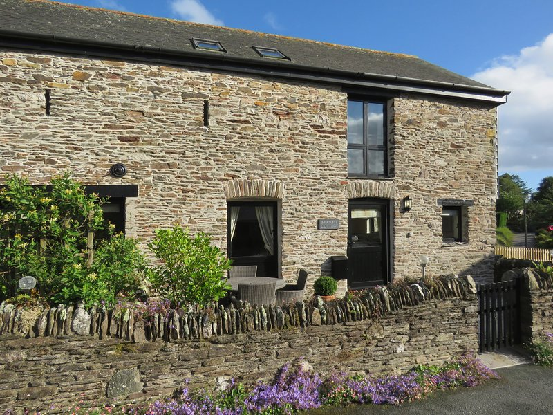 BRAMBLE COTTAGE, converted stone barn walking distance to beach and excellent, holiday rental in Burgh Island