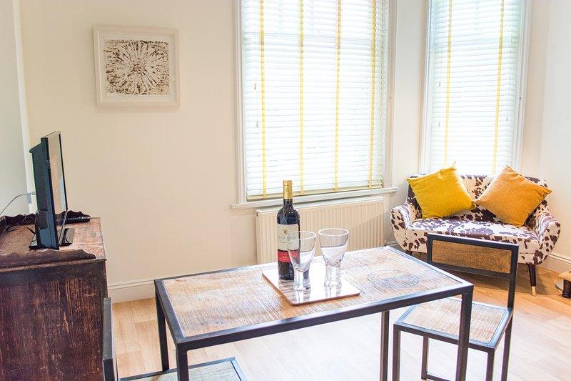 Unique, Quirky One-Bedroom Apartment | Walking Distance to Norwich City Centre, location de vacances à Hethersett