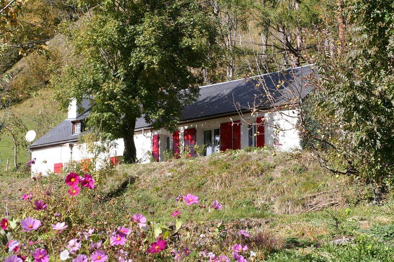 Comfortable Farm House at the National Park of the Pyrenees, holiday rental in Betpouey