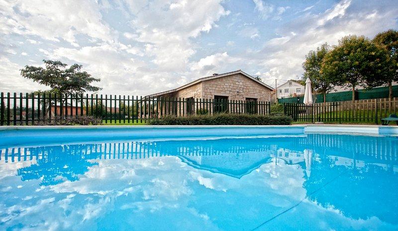 A Coruna Villa Sleeps 10 with Pool - 5829181, alquiler vacacional en Negreira