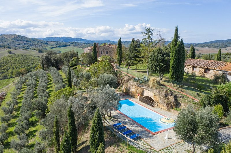 Mensano Holiday Home Sleeps 13 with Pool Air Con and WiFi - 5819200, aluguéis de temporada em Monteguidi