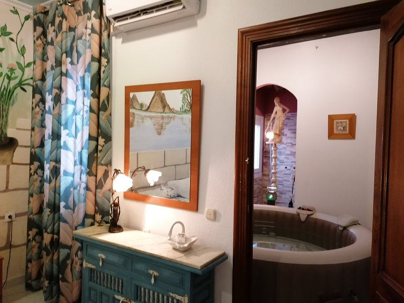 Spacious house with terrace & Wifi, holiday rental in Esparragalejo