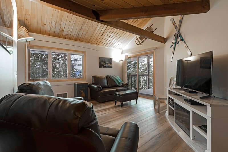 Immaculately remodeled condo with pool, hot tub and Whitefish Lake beach access!, holiday rental in Whitefish