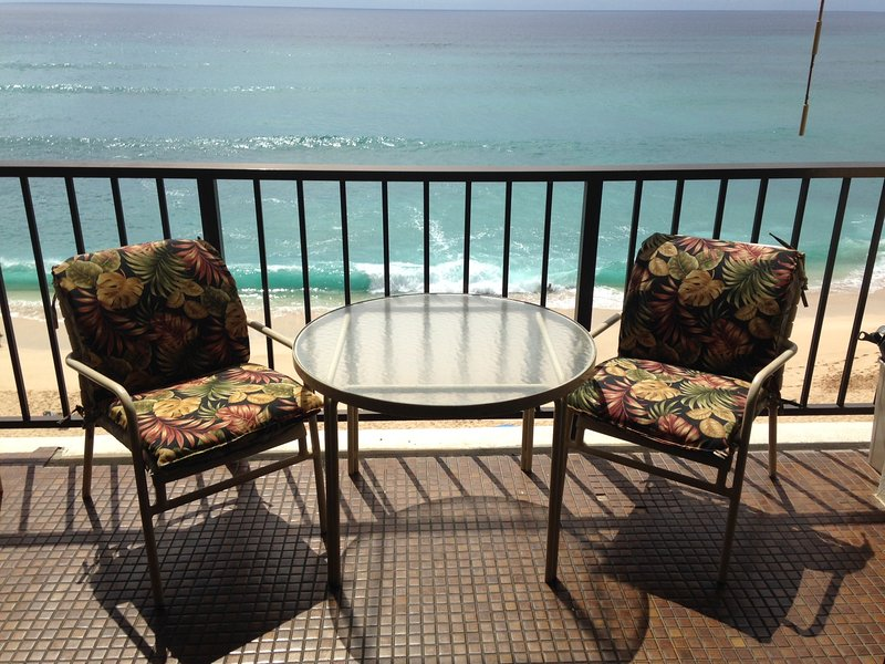 BUDGET CONDO on the BEACH-IF YOU DON'T NEED  A REMODELED UNIT, CHECK IT OUT!, location de vacances à Makaha