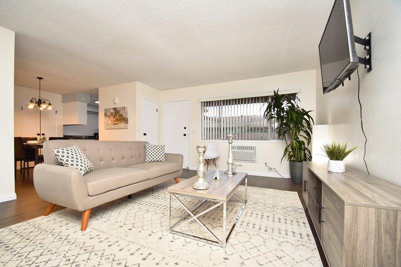 LUXURIOUS 2 BEDROOM CONDO NEAR DISNEYLAND, holiday rental in Fullerton