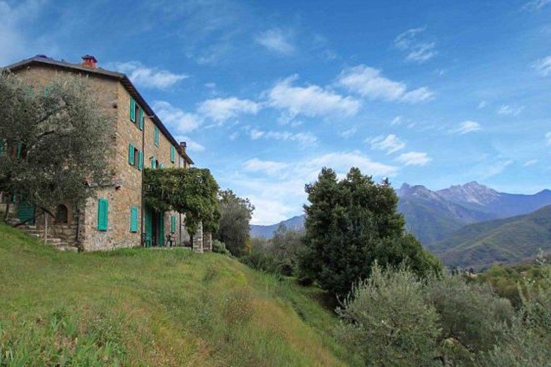 Detached 5 bedroom villa with pool in Lunigiana in Northern Tuscany, alquiler vacacional en Moncigoli