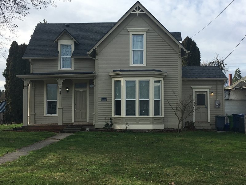 TULIP POPLAR HOUSE DOWNTOWN HISTORIC STAYTON OR, vacation rental in Silverton