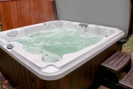 Home Theater & Hot Tub, Whole House Retreat, location de vacances à Overland Park