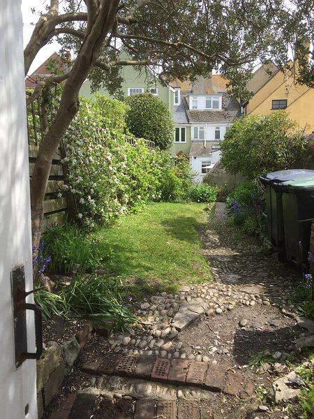Fermaine, Lyme Regis, holiday Cottage, 50m from sea, garden, dogs allowed, vacation rental in Lyme Regis