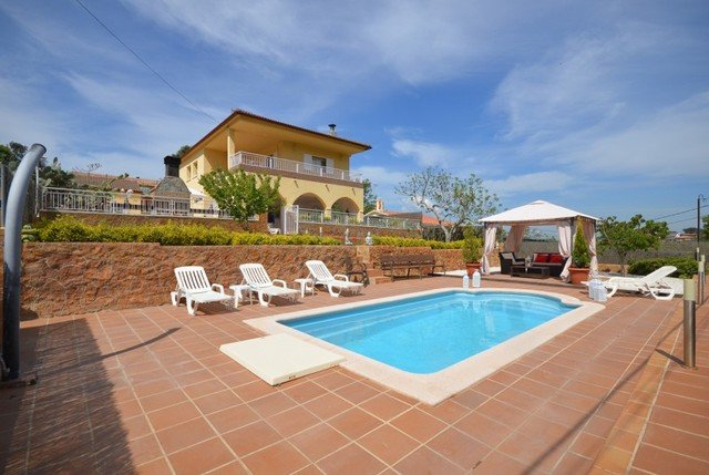Montbarbat Villa Sleeps 8 with Pool and Free WiFi - 5509011, holiday rental in Cartella
