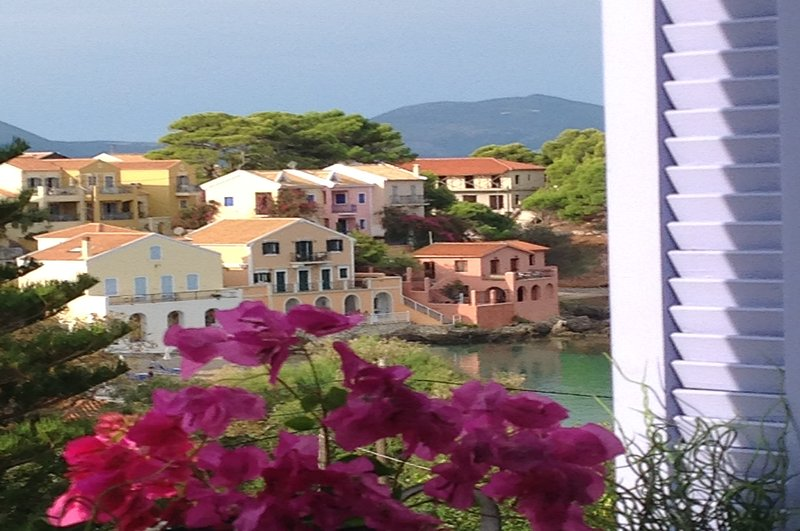 Luxury studios in idyllic sea view setting,secluded yet only 2 min from beach, casa vacanza a Assos