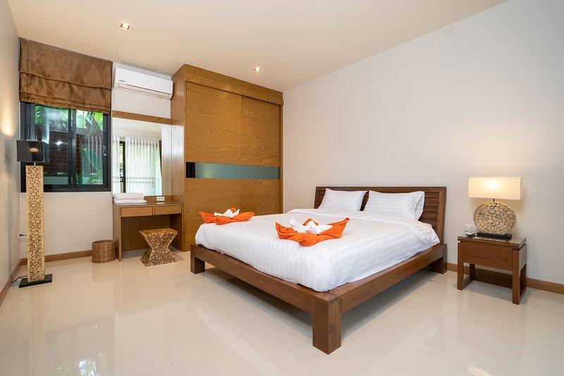 Garden Pool Villa near Rawai Beach '1', holiday rental in Ban Trisuk