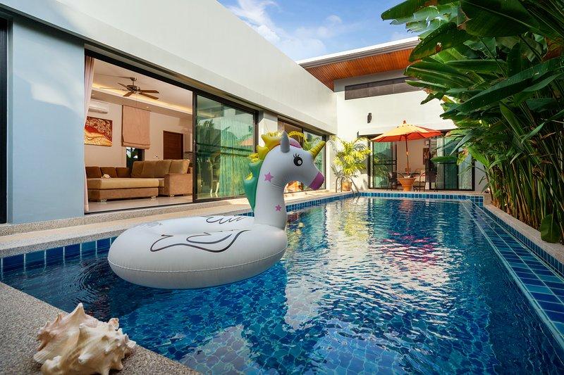 Private Pool Villa near Rawai Beach, holiday rental in Ban Trisuk