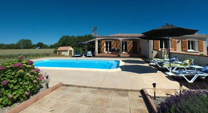 Lovely 3-Bed Villa in Les Cammazes., holiday rental in Verdalle