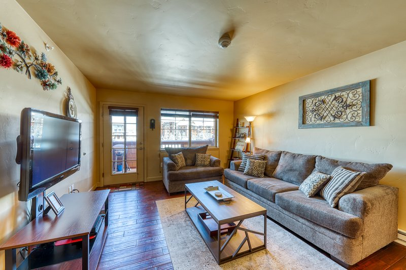 Cozy, spacious and family-friendly condo close to slopes w/shared pool & hot tub Chalet in Steamboat